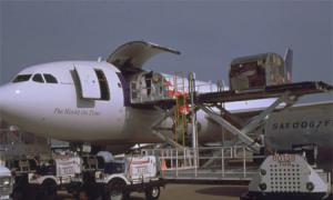 打好包的货物被安排装上飞机舱